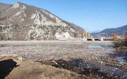 Чишћење плутајућег отпада из Вишеградског језера